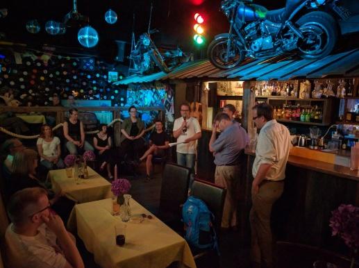 Keskusteluja kyläravintolassa (Bar No Name) perjantai-iltana.
